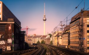 Foto van de Berlijnse treinsporen voor het station Friedrichstrasse; Duitsland