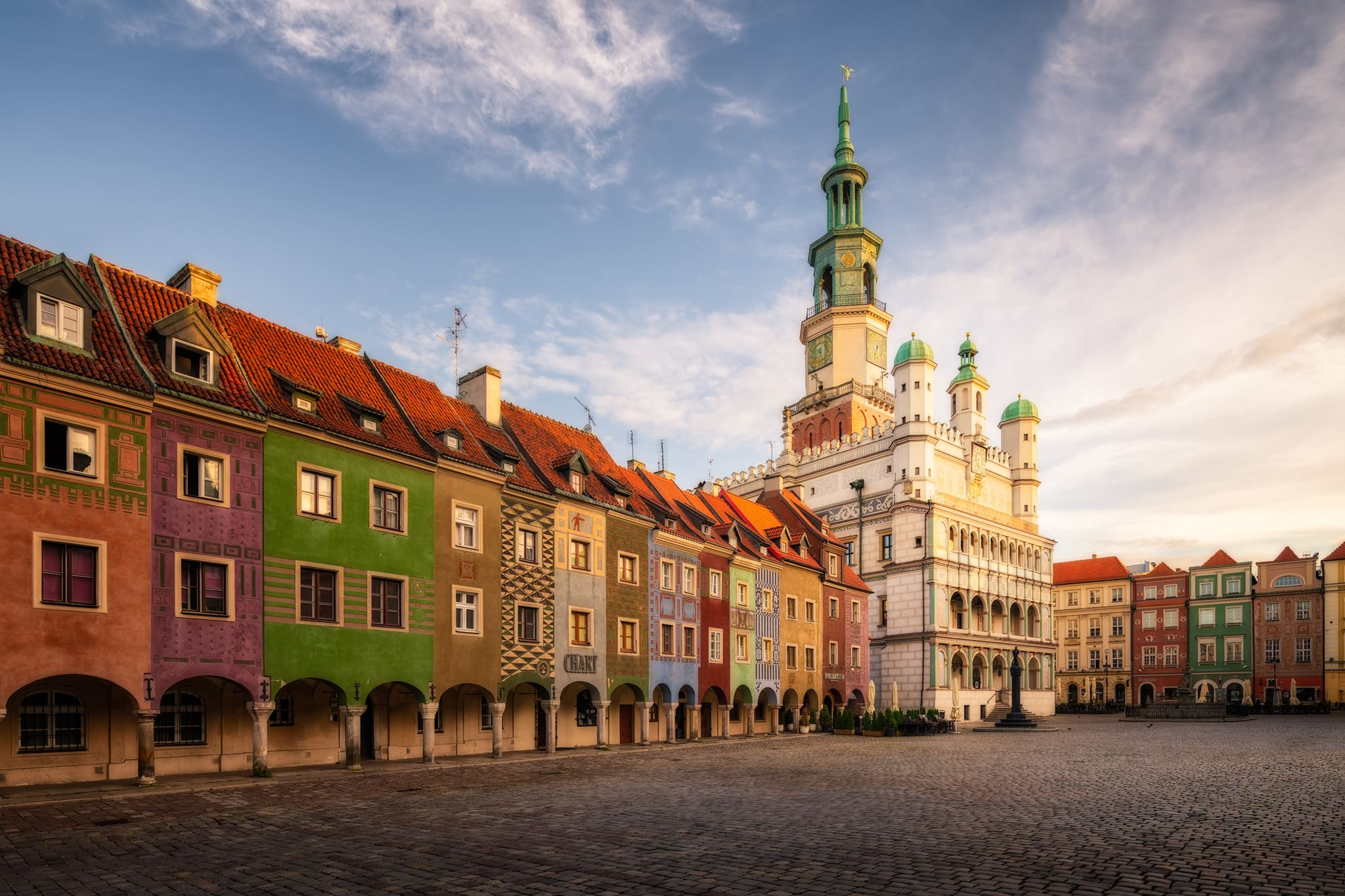 Der Alte Marktplatz in Poznań mit dem Rathaus und der Tuchhalle; Polen