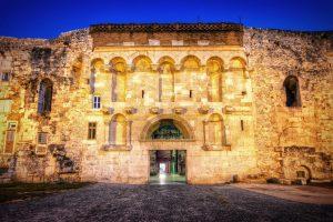 Een dagfoto van een poort in de stadsmuur van Split en Diocletian's Palace, Kroatië.