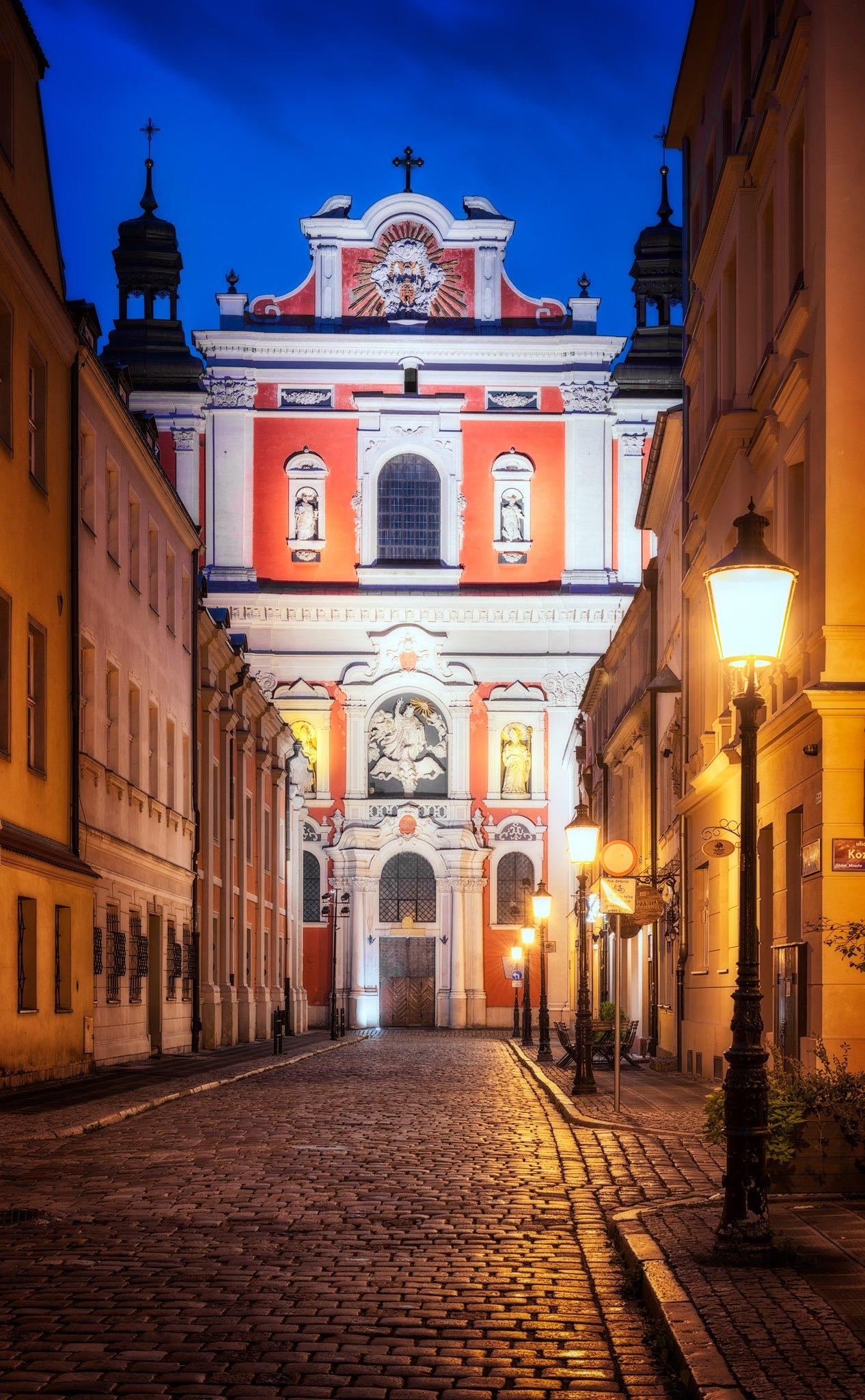 Poznan Fara bei Nacht - barocke Basilika Unserer Lieben Frau von der Immerwährenden Hilfe, Maria Magdalena und der Heilige Stanislaus; Polen